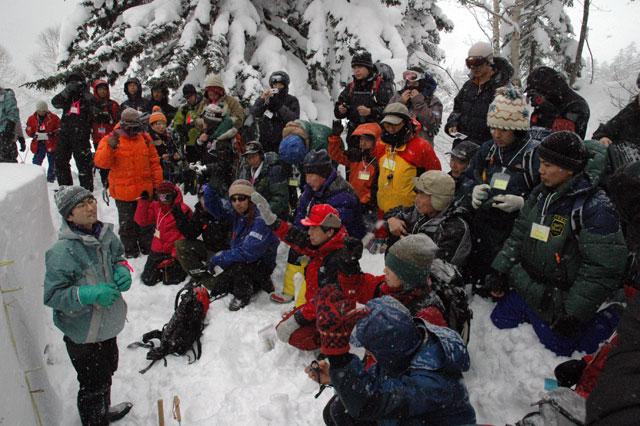 山田講師による積雪断面観察