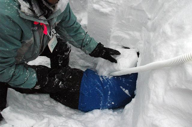 埋没体験 呼吸と連絡を確保する道具を使用して行われます